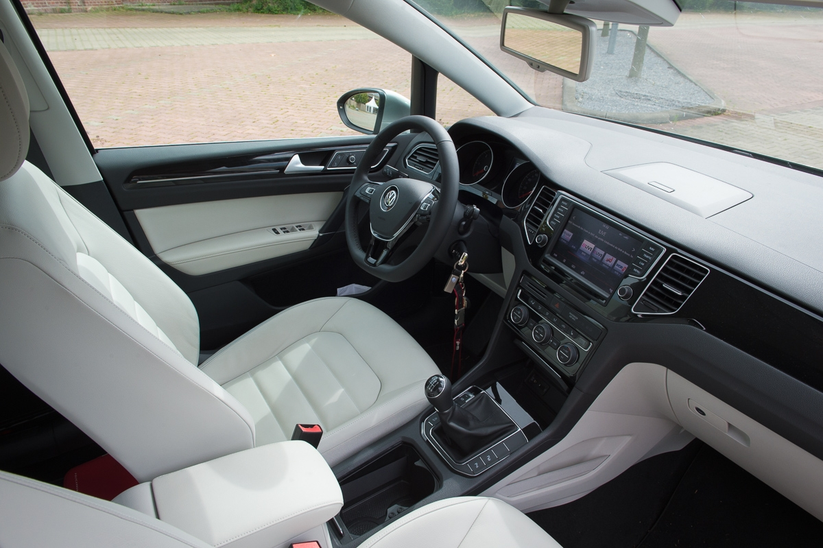 2014-volkswagen-vw-golf-sportsvan-20-tdi-silber-19