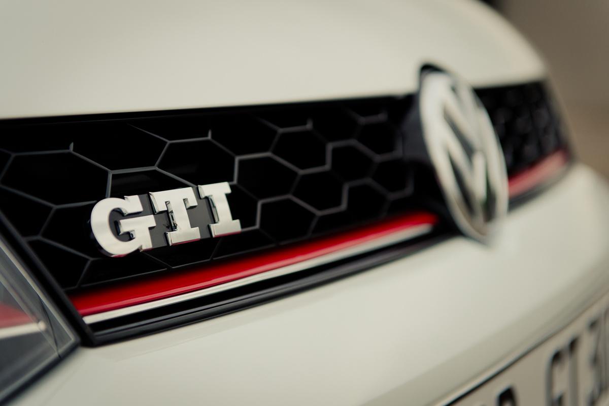 2015-Volkswagen-VW-Polo-GTI-6R-onyx-weiss-05