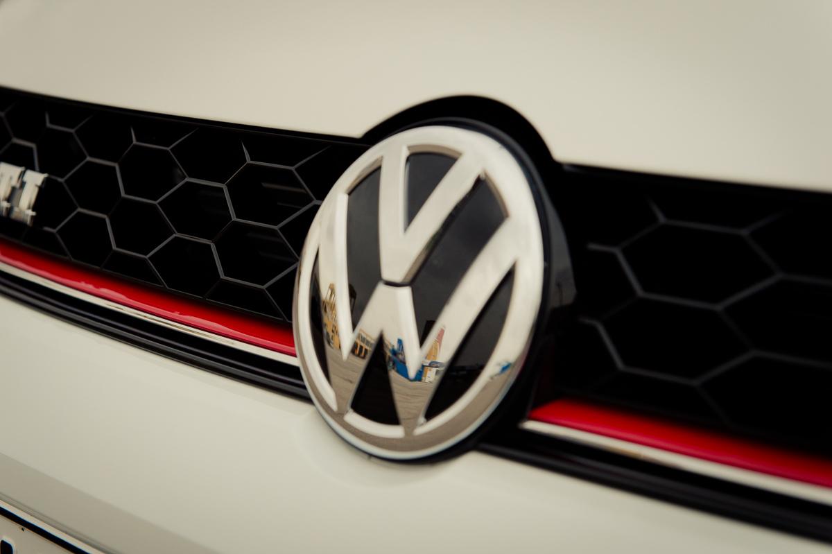 2015-Volkswagen-VW-Polo-GTI-6R-onyx-weiss-14