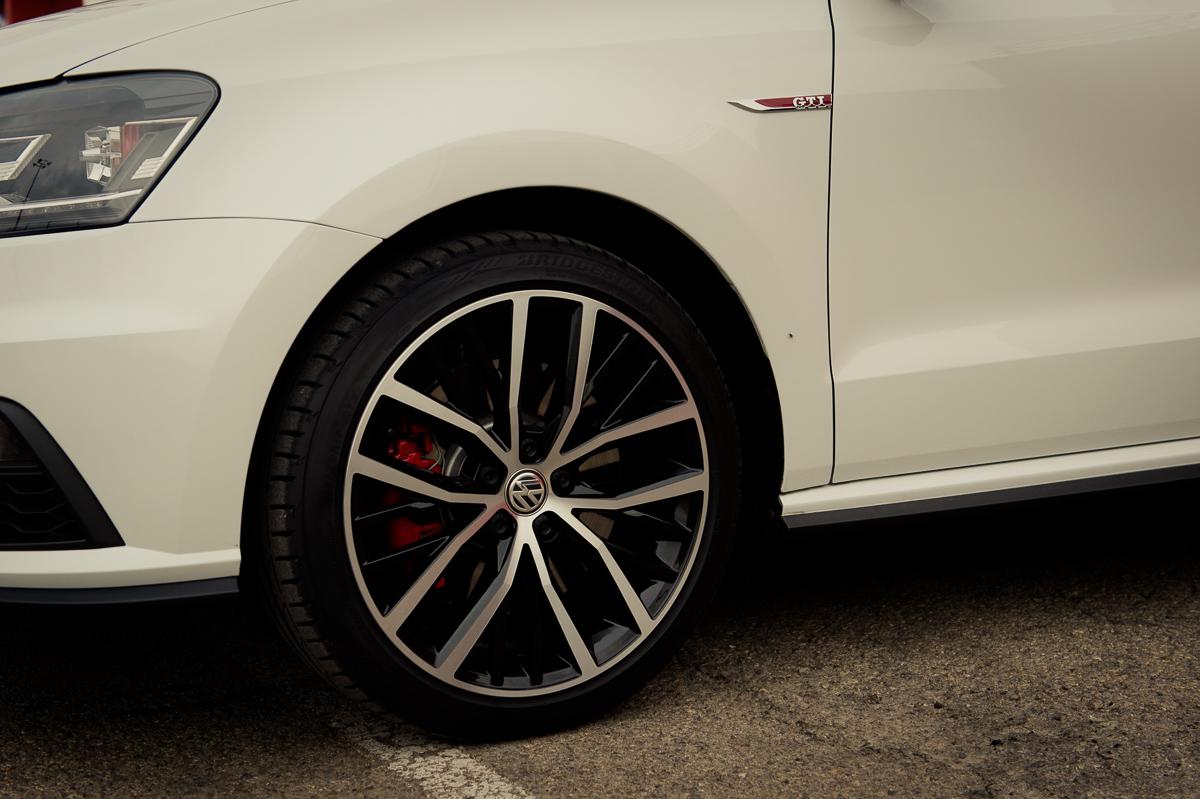 2015-Volkswagen-VW-Polo-GTI-6R-onyx-weiss-15