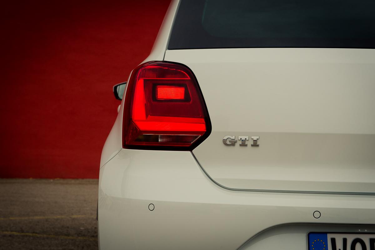 2015-Volkswagen-VW-Polo-GTI-6R-onyx-weiss-18