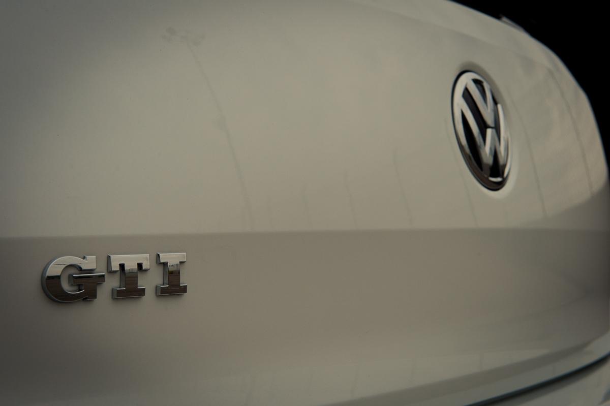 2015-Volkswagen-VW-Polo-GTI-6R-onyx-weiss-21