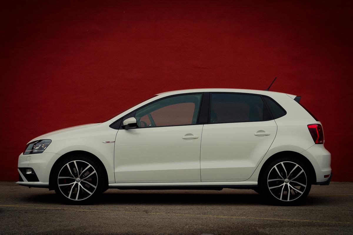 2015-Volkswagen-VW-Polo-GTI-6R-onyx-weiss-53