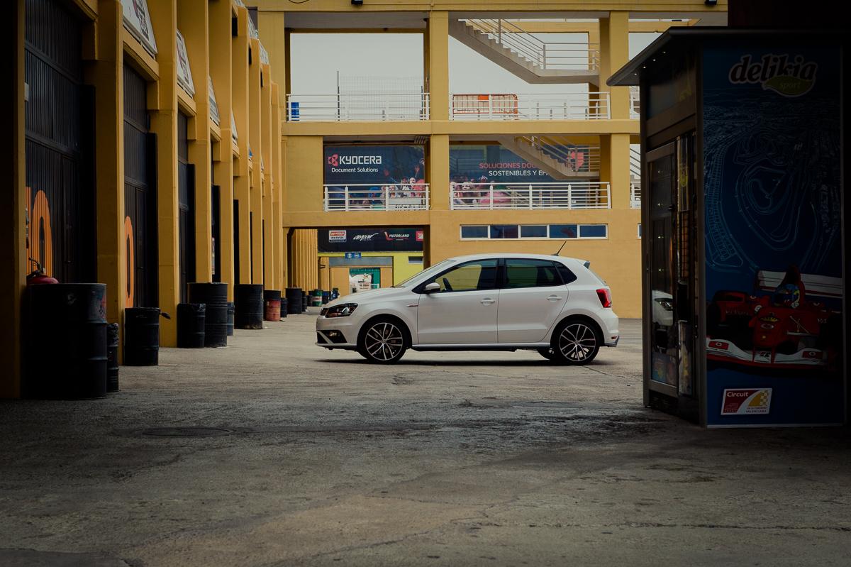 2015-Volkswagen-VW-Polo-GTI-6R-onyx-weiss-58
