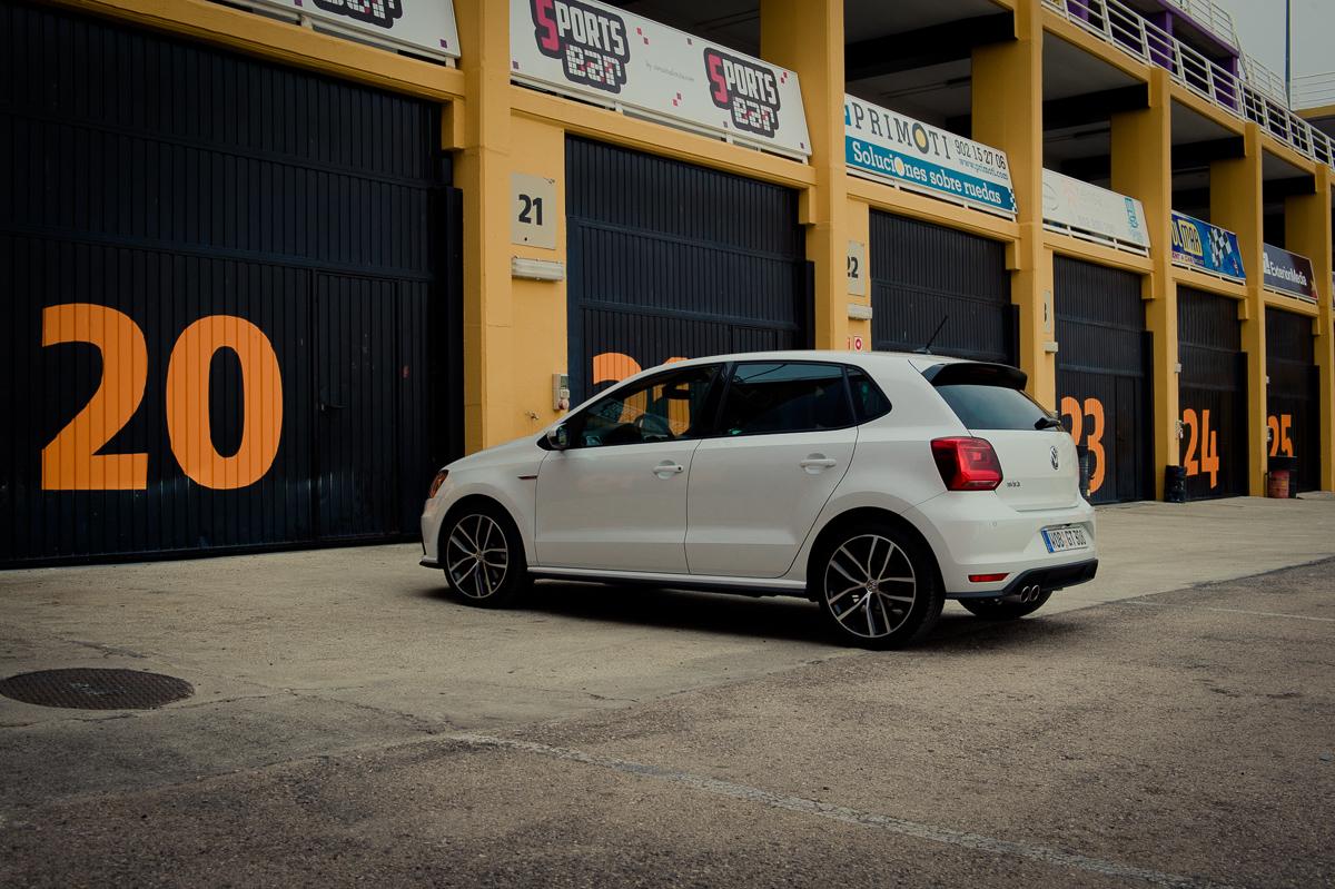 2015-Volkswagen-VW-Polo-GTI-6R-onyx-weiss-60