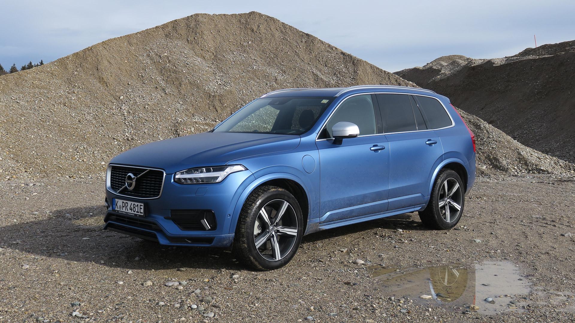 2016-Volvo-XC90-T8-blau-Strasse-01
