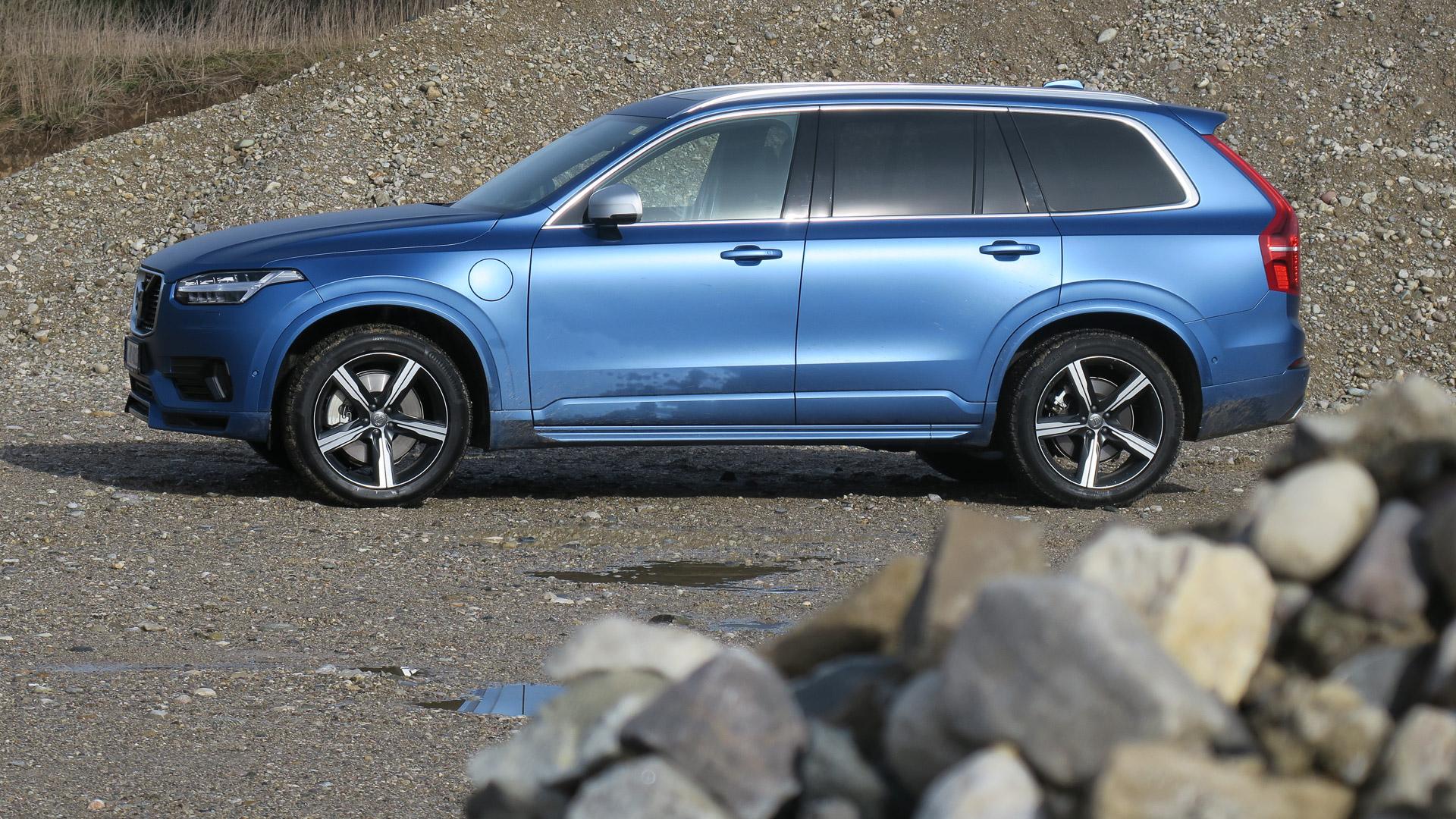 2016-Volvo-XC90-T8-blau-Strasse-05