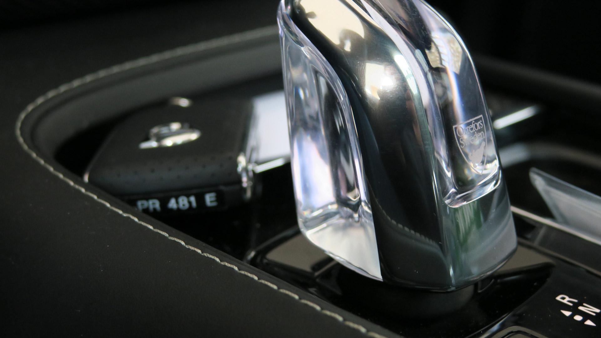 2016-Volvo-XC90-T8-blau-Strasse-11