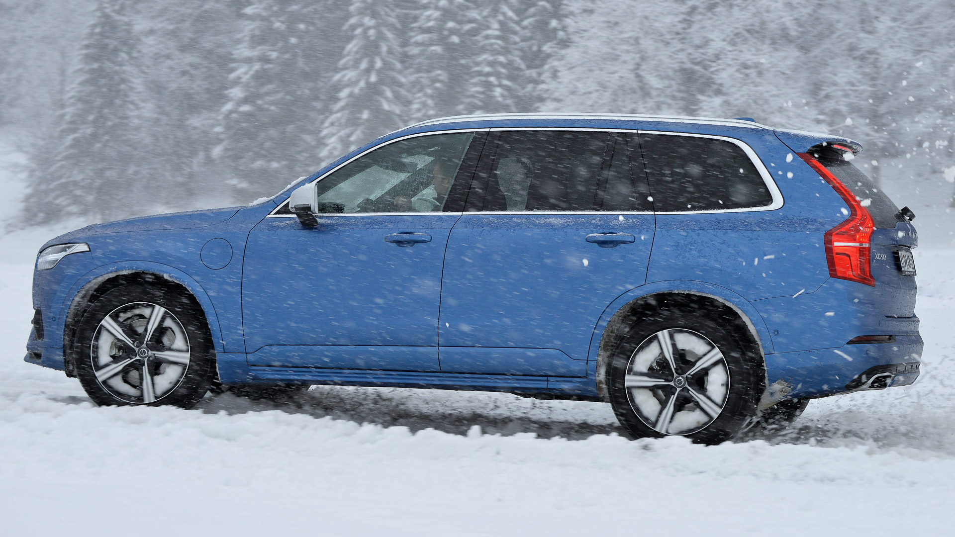 2016-Volvo-XC90-T8-blau-Wintertraining-03
