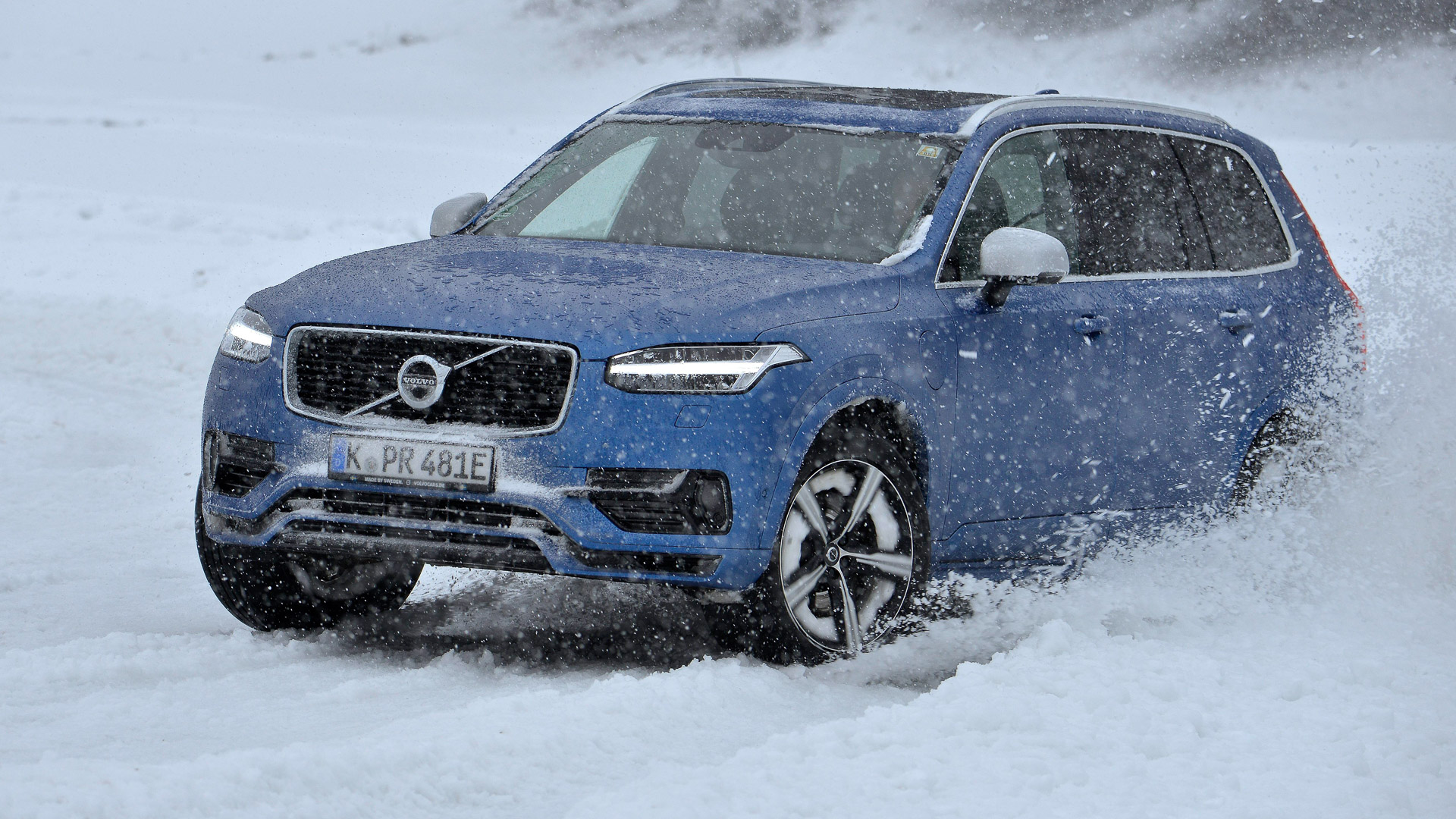 2016-Volvo-XC90-T8-blau-Wintertraining-04