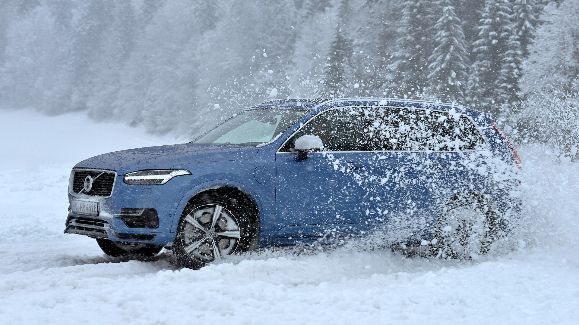 2016-Volvo-XC90-T8-blau-Wintertraining-06