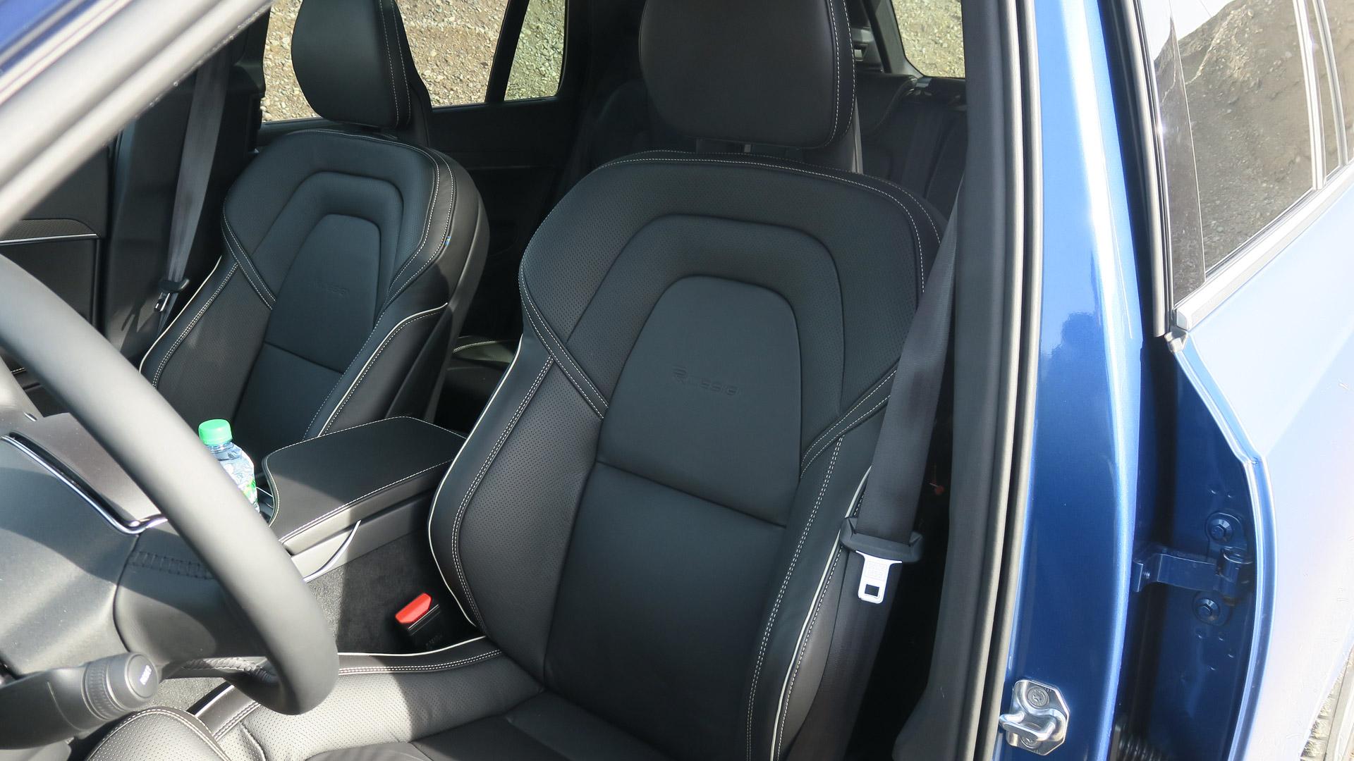 2016-Volvo-XC90-T8-blau-Strasse-07