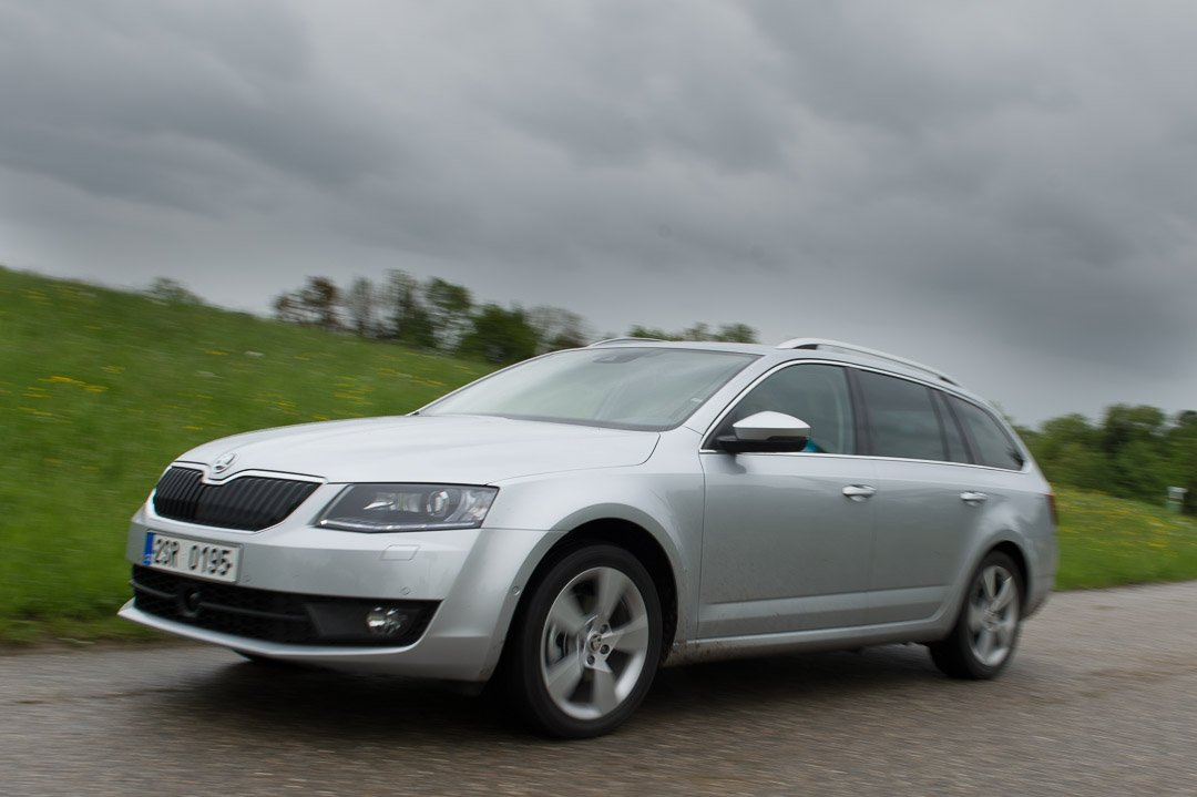 Mit dem 2013 koda Octavia III Combi 2.0 TDI DSG durch den bayrischen Regen.