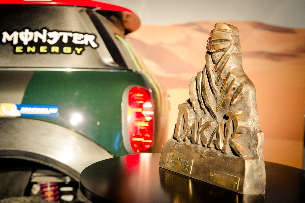 2014-12-09-MINI-Motorsport-Dakar-Round-Tabel-10