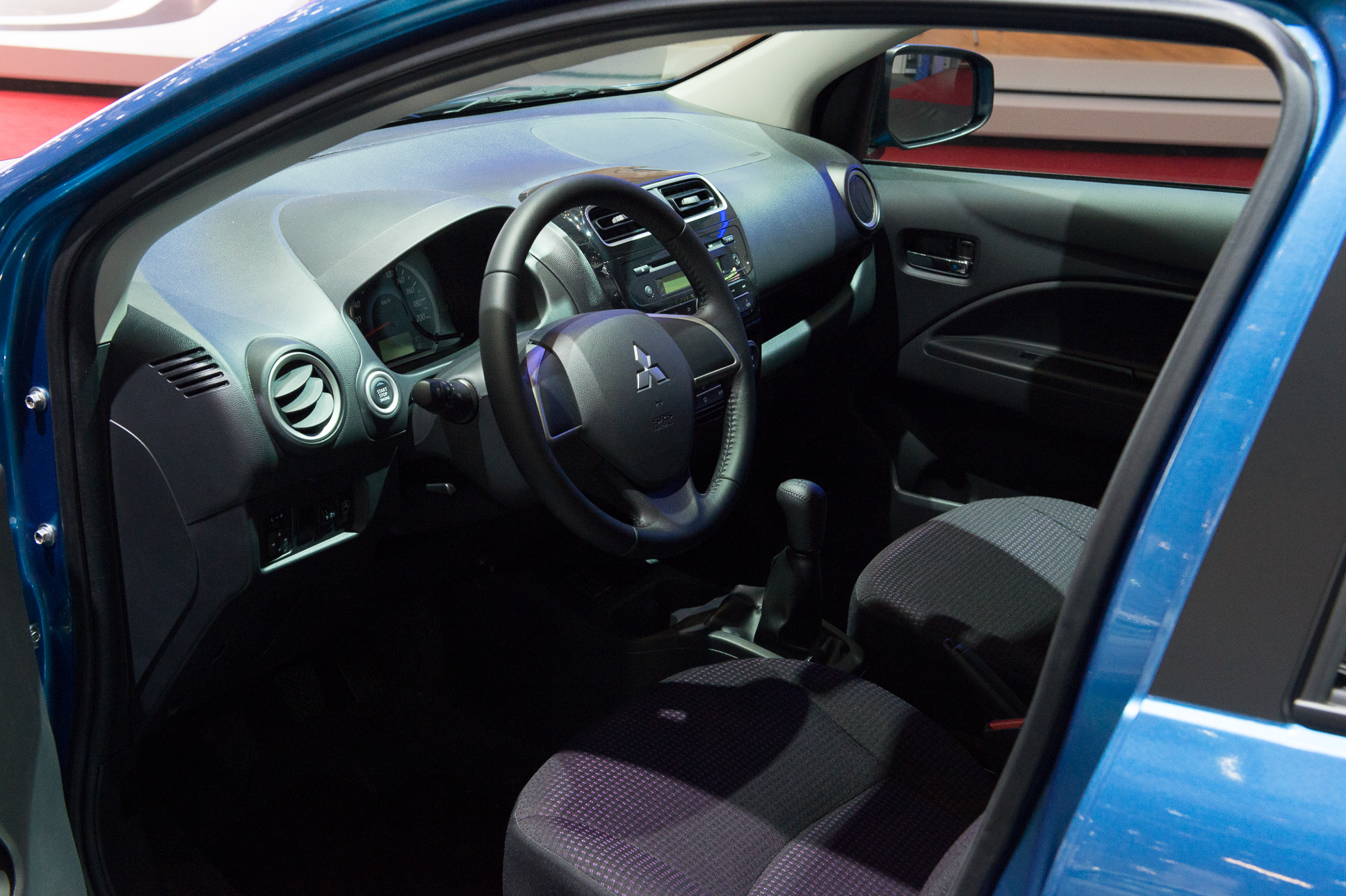 2013-mitsubishi-space-star-blau-genf-auto-salon-07
