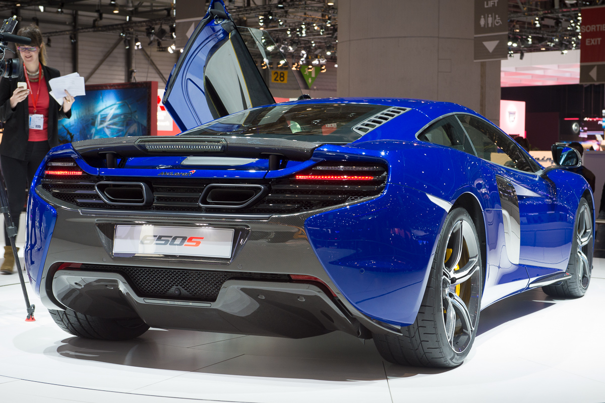 genf-2014-mclaren-650s-blau-spider-orange-03