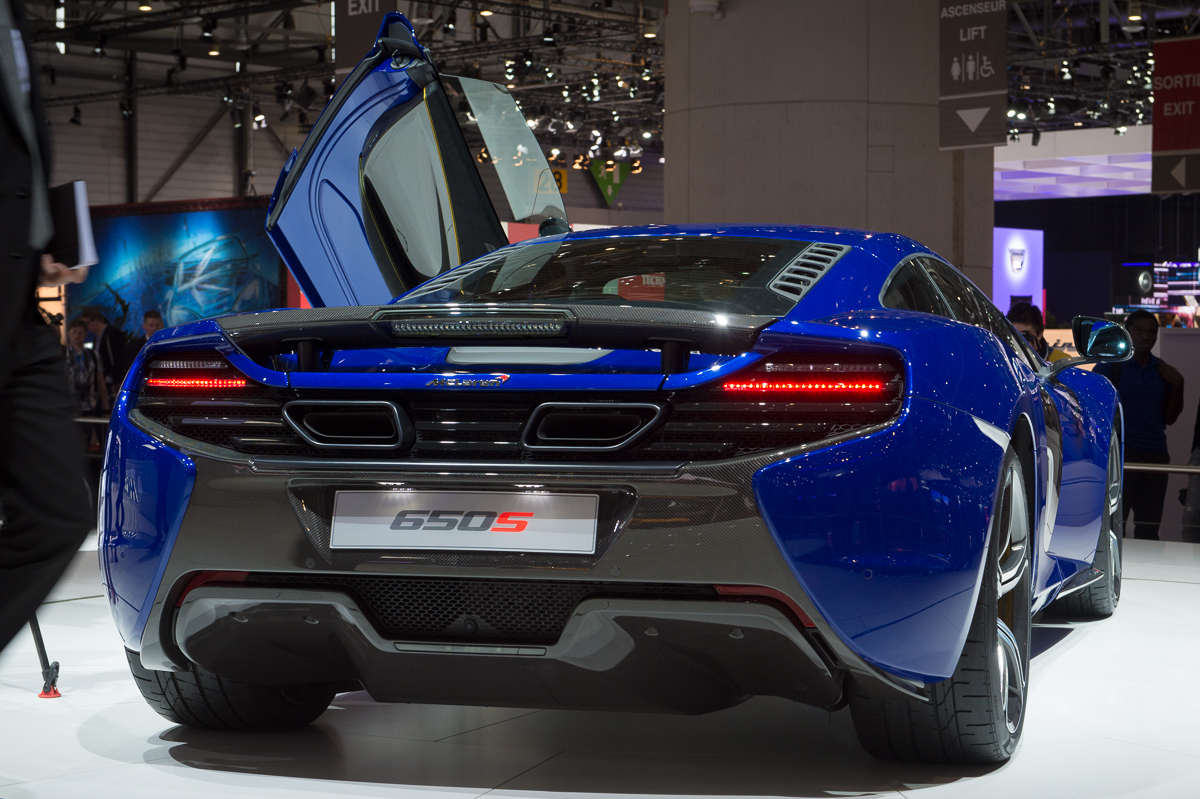 genf-2014-mclaren-650s-blau-spider-orange-04