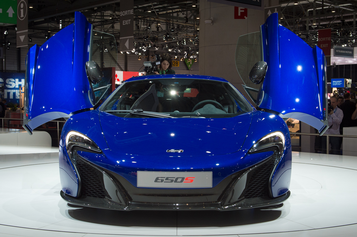 genf-2014-mclaren-650s-blau-spider-orange-10