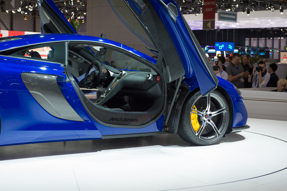 genf-2014-mclaren-650s-blau-spider-orange-12