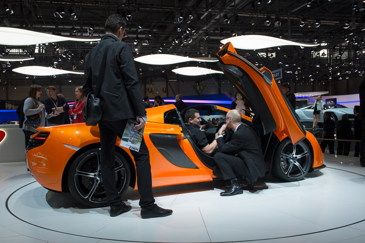 genf-2014-mclaren-650s-blau-spider-orange-15