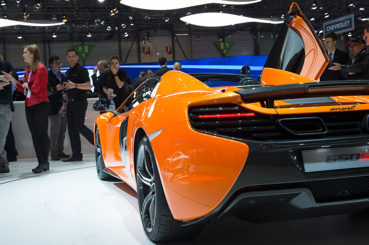genf-2014-mclaren-650s-blau-spider-orange-18