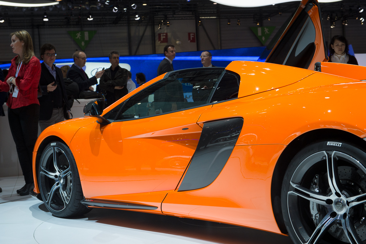 genf-2014-mclaren-650s-blau-spider-orange-19