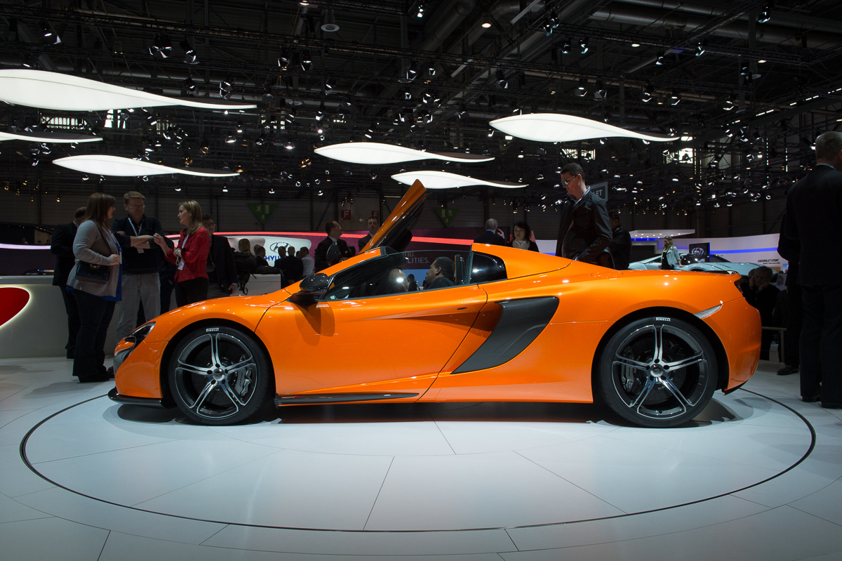 genf-2014-mclaren-650s-blau-spider-orange-20