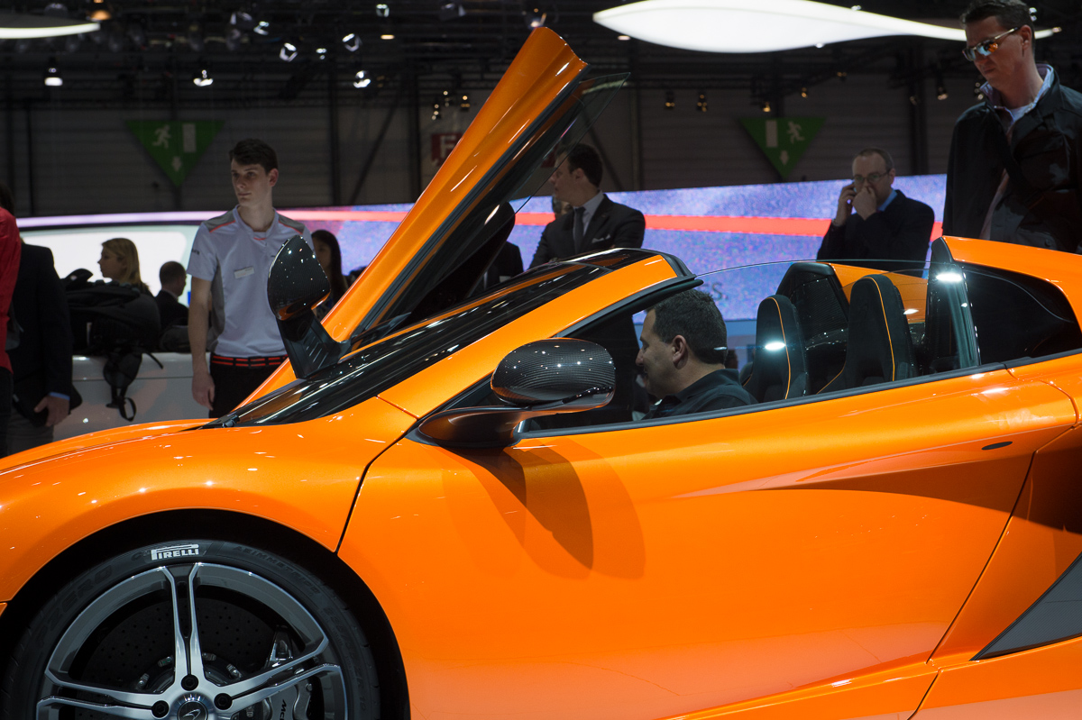 genf-2014-mclaren-650s-blau-spider-orange-21