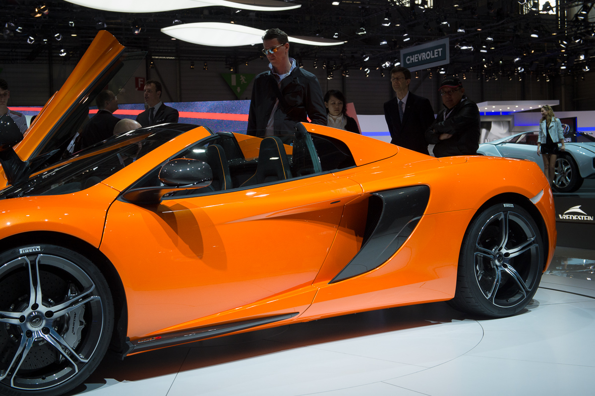 genf-2014-mclaren-650s-blau-spider-orange-23