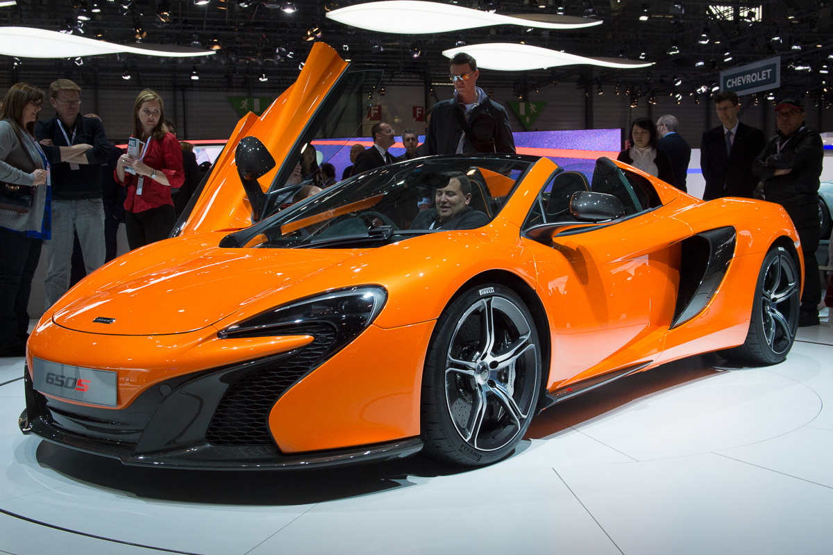 genf-2014-mclaren-650s-blau-spider-orange-24