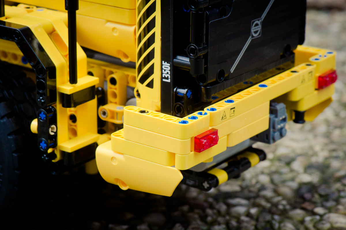2014-LegoTechic-42030-Radlader-Volvo-L350F-07