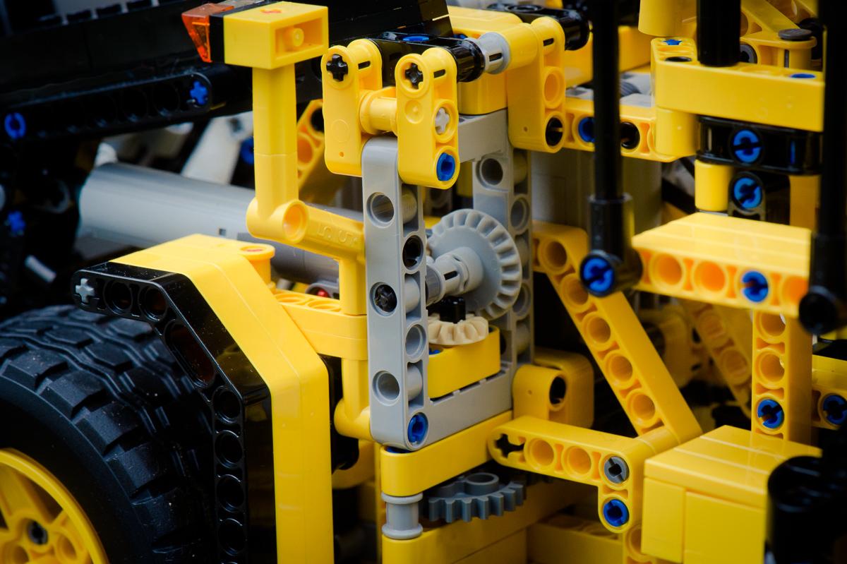 2014-LegoTechic-42030-Radlader-Volvo-L350F-08