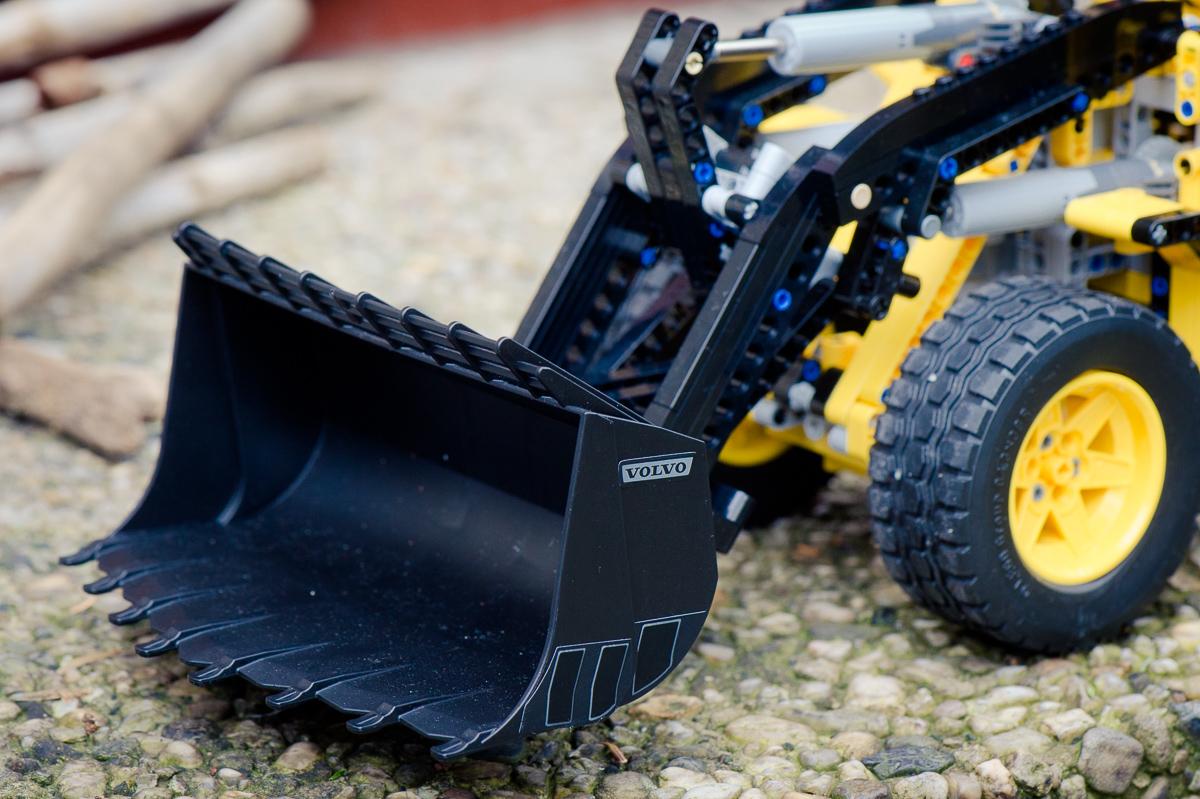 2014-LegoTechic-42030-Radlader-Volvo-L350F-12