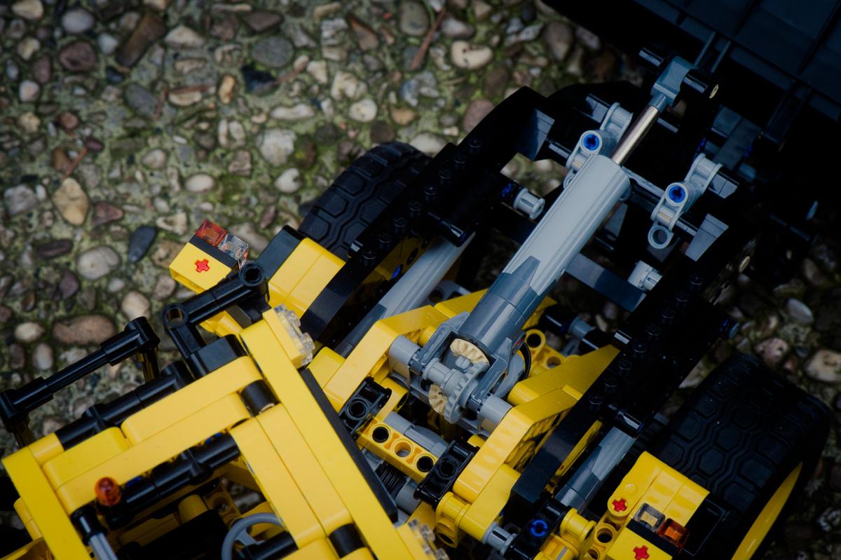 2014-LegoTechic-42030-Radlader-Volvo-L350F-21