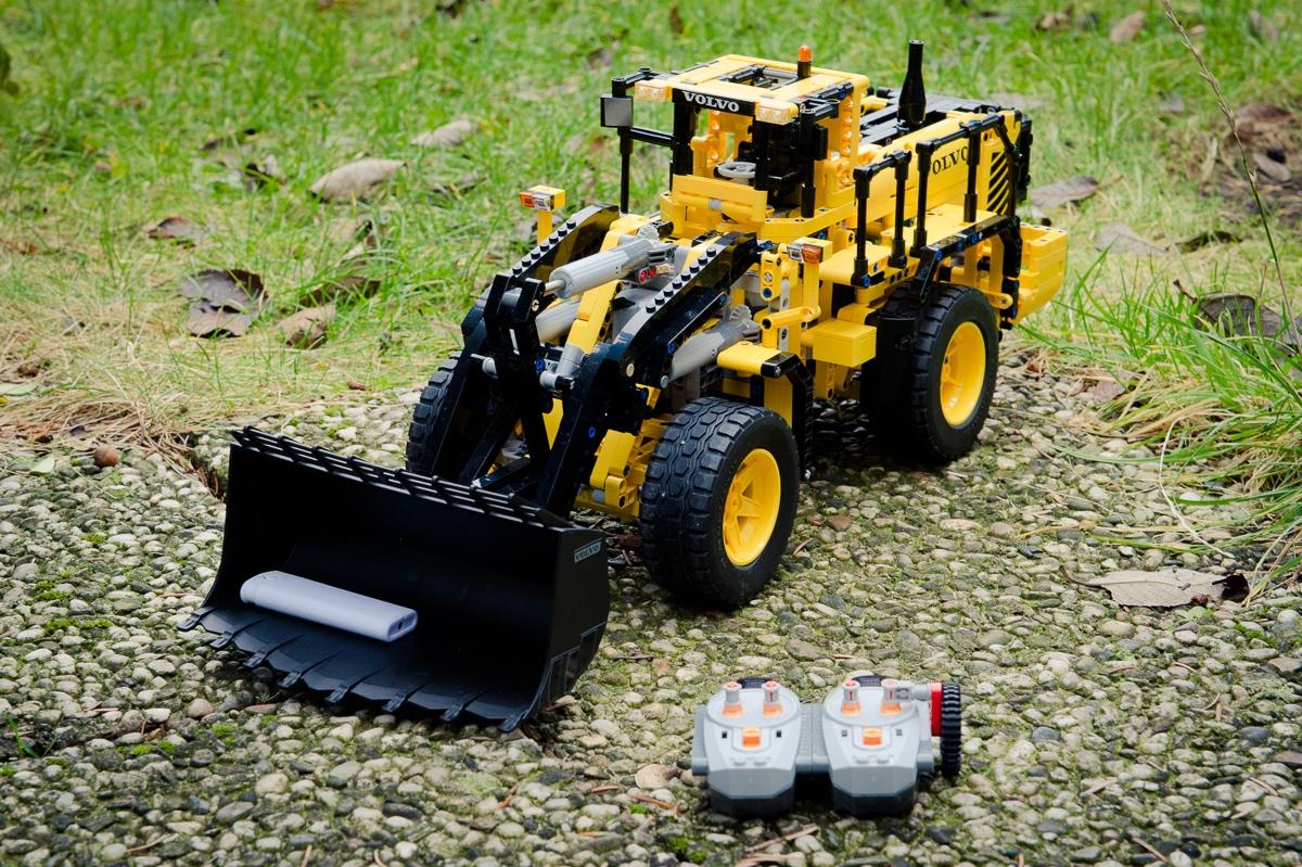 2014-LegoTechic-42030-Radlader-Volvo-L350F-03
