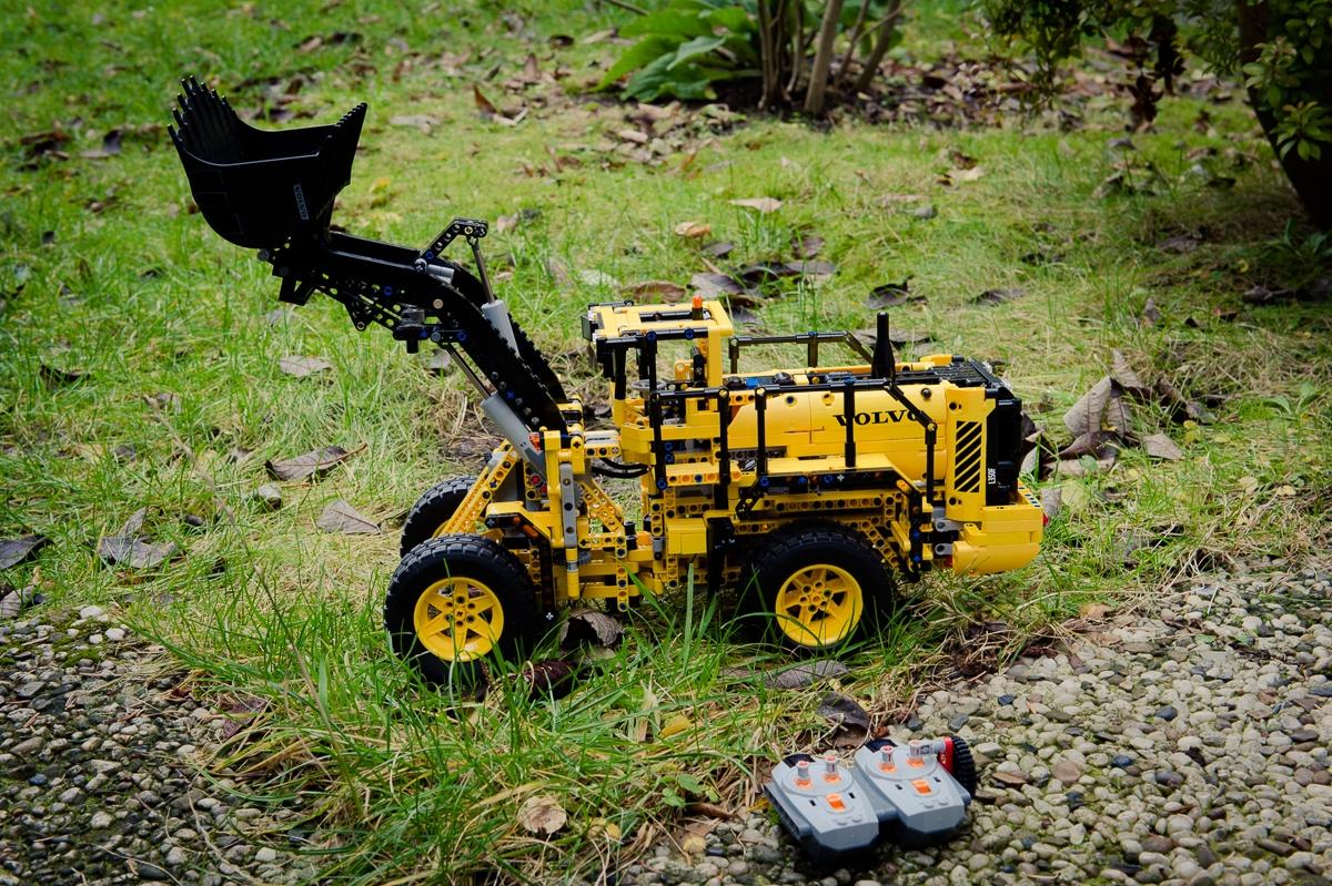2014-LegoTechic-42030-Radlader-Volvo-L350F-01