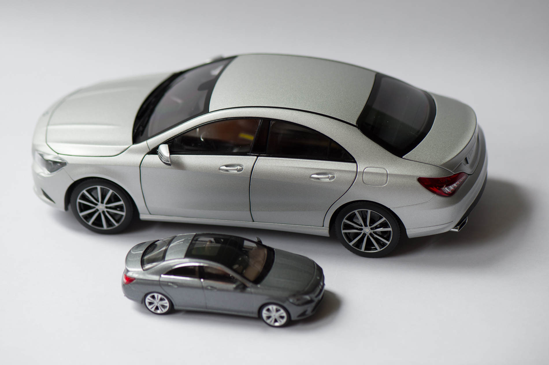 mercedes-benz-cla-c117-norev-modellauto-118-designo-polarsilber-magno-01