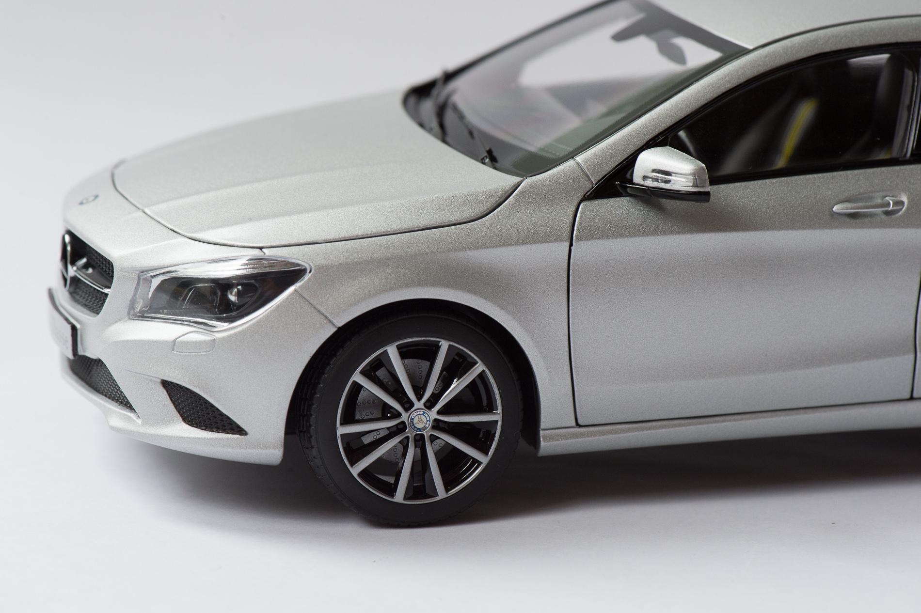 mercedes-benz-cla-c117-norev-modellauto-118-designo-polarsilber-magno-06