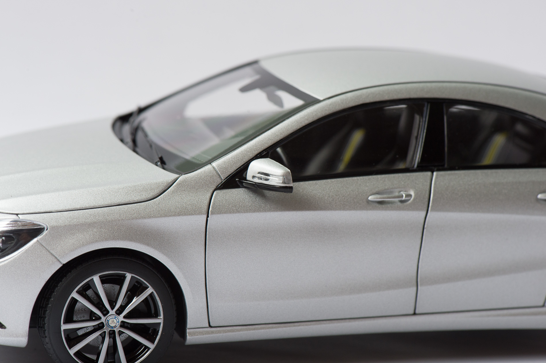 mercedes-benz-cla-c117-norev-modellauto-118-designo-polarsilber-magno-07