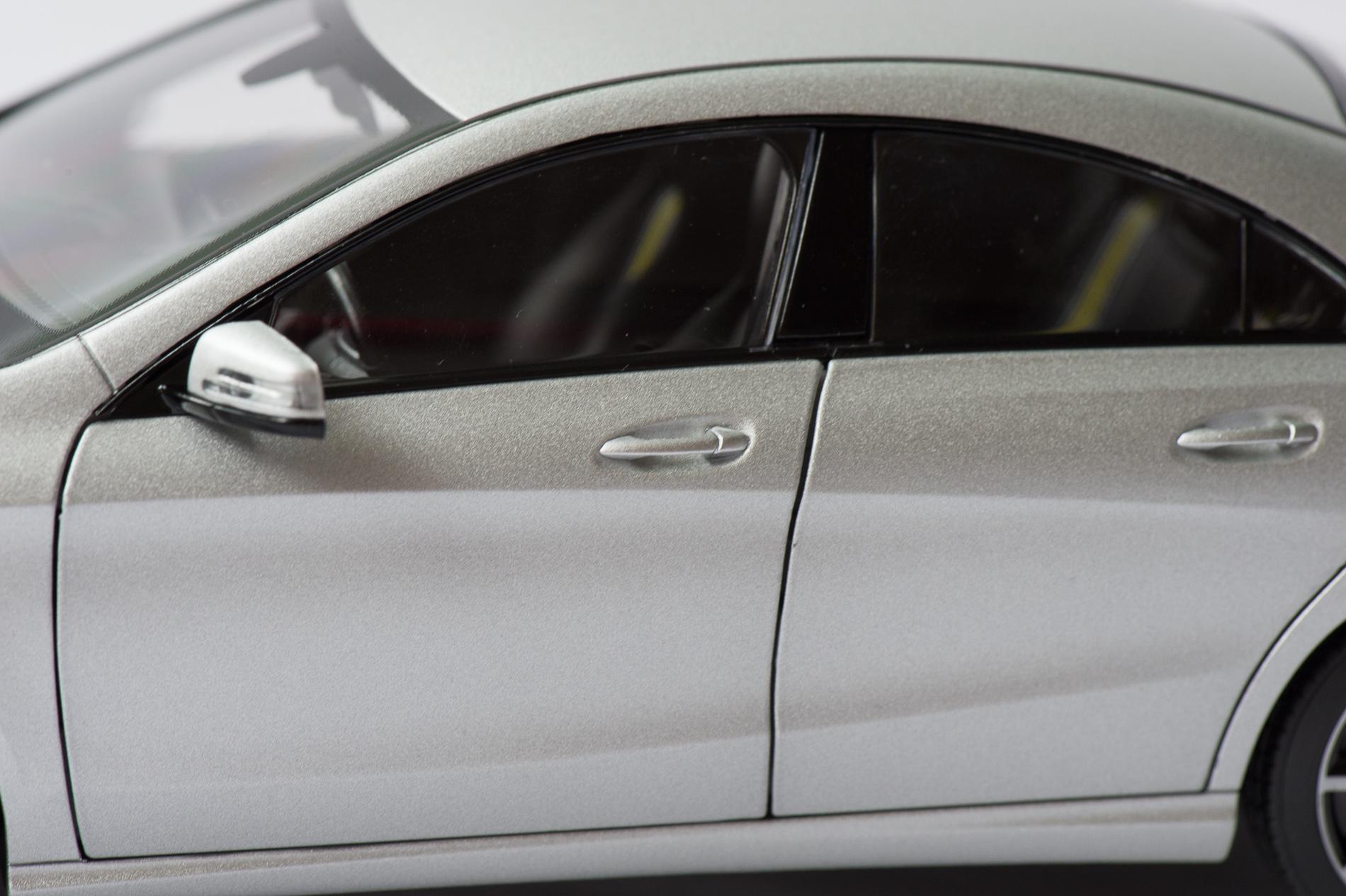 mercedes-benz-cla-c117-norev-modellauto-118-designo-polarsilber-magno-08