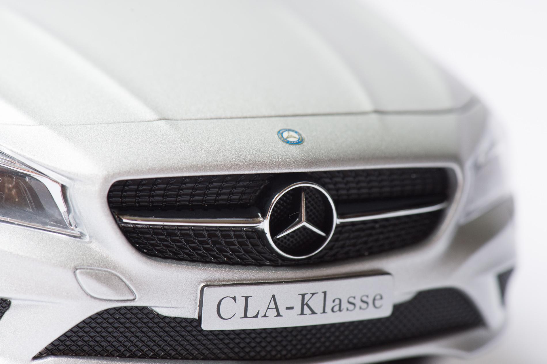 mercedes-benz-cla-c117-norev-modellauto-118-designo-polarsilber-magno-11