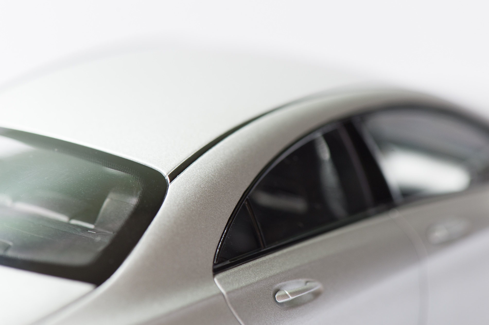mercedes-benz-cla-c117-norev-modellauto-118-designo-polarsilber-magno-15