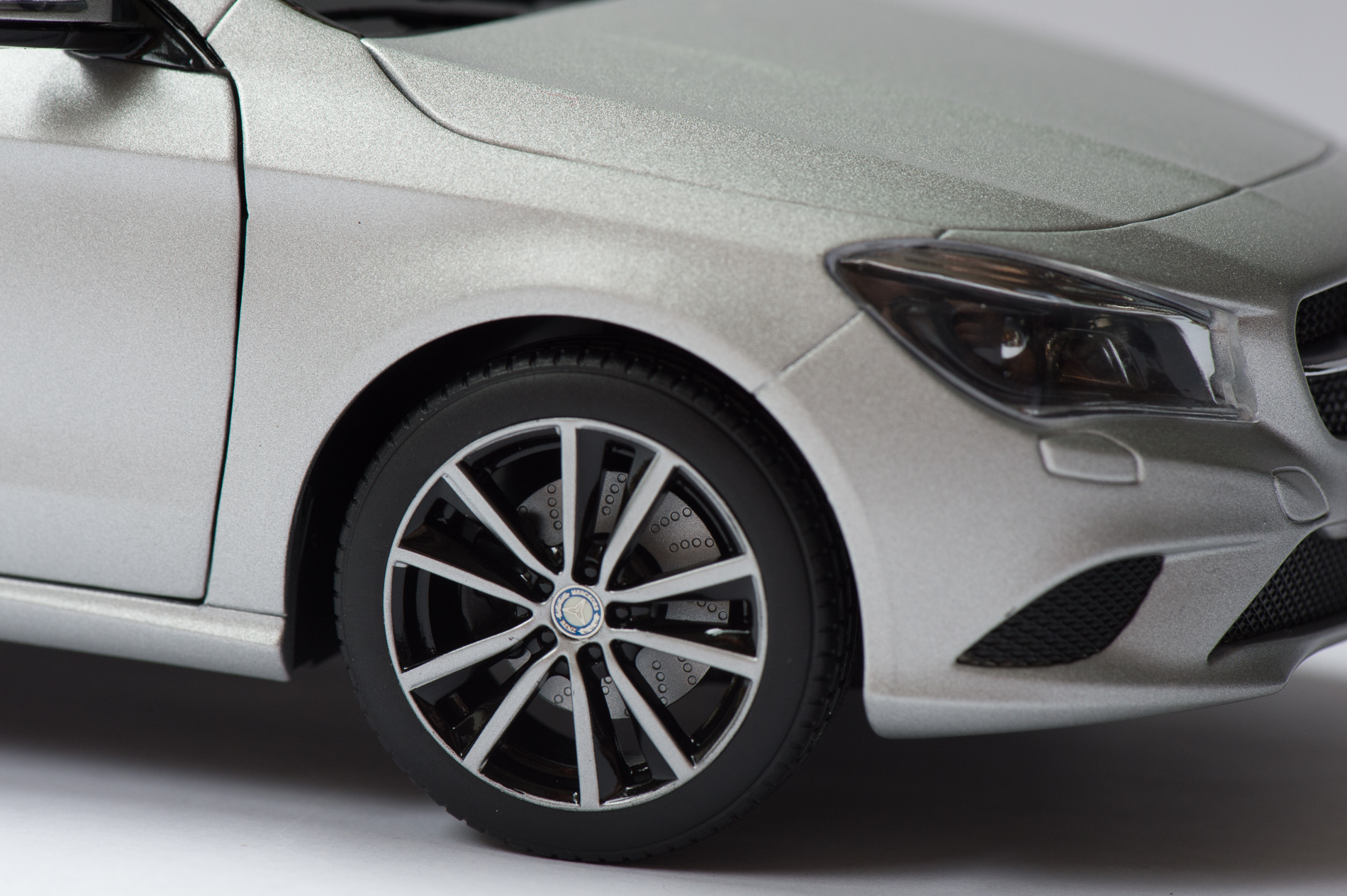 mercedes-benz-cla-c117-norev-modellauto-118-designo-polarsilber-magno-19