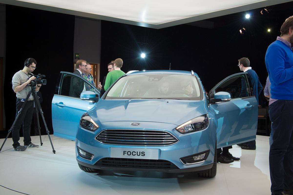 2014-weltpremiere-ford-focus-blau-32