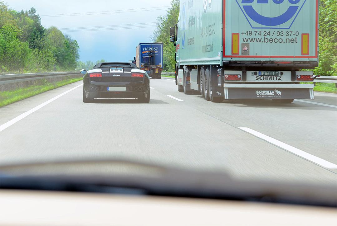 Lamborghini auf der Autobahn