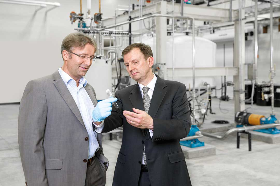 Joule-CBO Paul Snaith zeigt  Reiner Mangold, Leiter Nachhaltige Produktentwicklung bei Audi, die ersten Cyanobakterien-Kulturen.