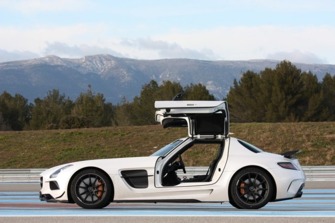 2013-mercedes-benz-sls-amg-black-series-weiss-03