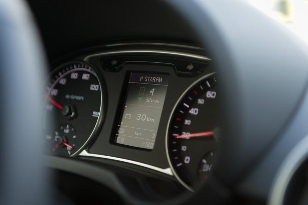2013-Audi-A1-etron-weiss-ampel-01