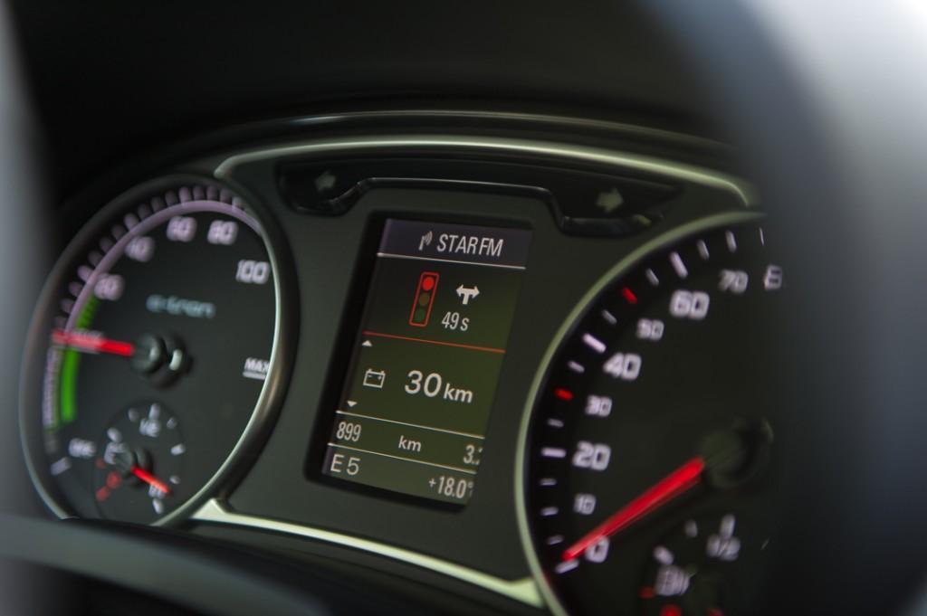 2013-Audi-A1-etron-weiss-ampel-02
