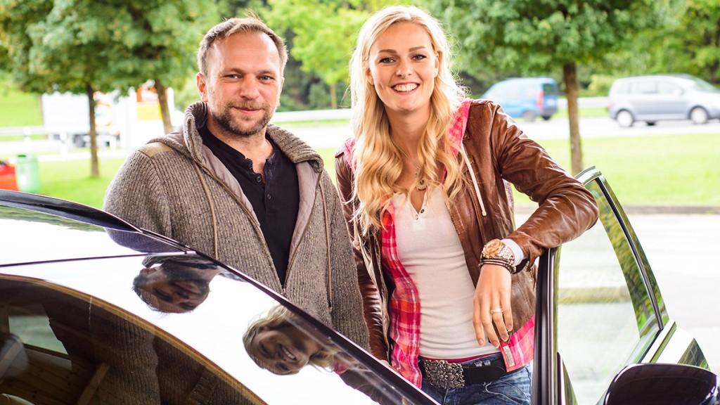 02_D8E_5215_Miriam und Jan an der Tankstelle